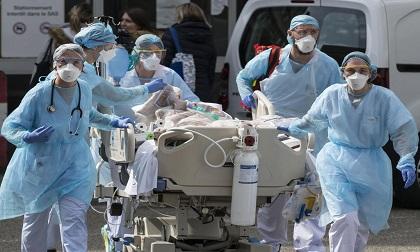 Pháp như trong thời chiến, ca làm việc bác sĩ kéo dài tới 18 tiếng