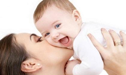Một nụ hôn trên má mang cả tá mầm bệnh: Hãy từ bỏ thói quen thơm trẻ trong mùa dịch Covid -19