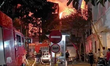 Cháy nhà 3 tầng gần cây xăng, nhiều xe cứu hỏa được điều tới