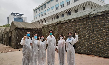Hình ảnh xúc động bên trong khu vực 'nội bất xuất, ngoại bất nhập' của Bệnh viện Bạch Mai