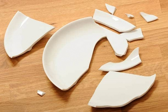 Rơi vỡ đồ đạc liên tục dấu hiệu bạn bị thần tài trách phạt