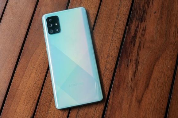Nhieu smartphone chinh hang giam gia dau thang 4 hinh anh 1 Galaxy_A71_2.jpg