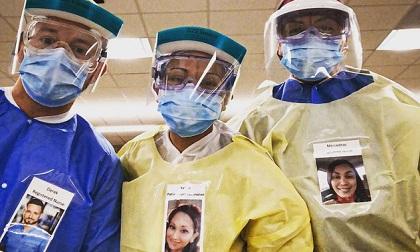 Bác sĩ Mỹ dán ảnh tươi cười lên quần áo bảo hộ để truyền năng lượng tích cực cho bệnh nhân nhiễm Covid-19