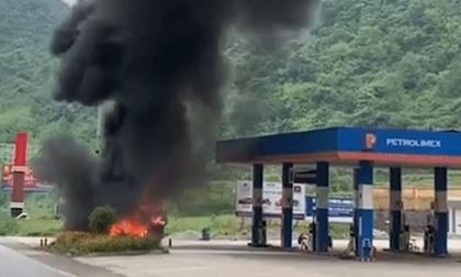 Xe tải bốc cháy ngùn ngụt cạnh cây xăng