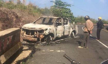 Thi thể biến dạng trong ôtô bị cháy rụi bên đường