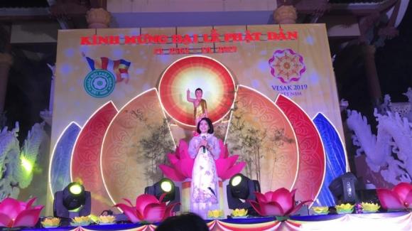 Mai Phương hát trong ngày lễ Phật đản năm ngoái.