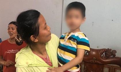 Éo le hoàn cảnh bố mẹ bé trai bị bỏ lại tòa