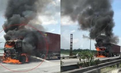 Xe container cháy ngùn ngụt trên cầu Lai Vu