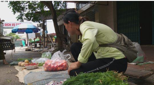 Hiện tại, chị Lợi bán rau mỗi ngày để mưu sinh.