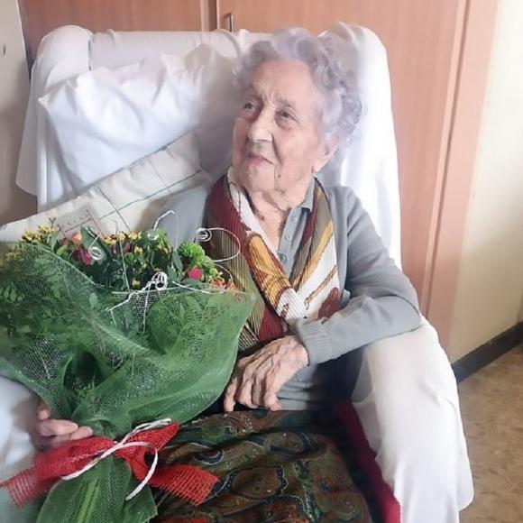 Cụ bà ở Tây Ban Nha chiến thắng Covid-19. Ảnh: DAILY MAIL