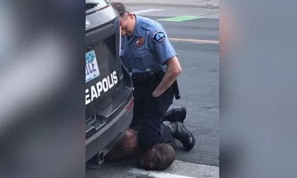 Mỹ bắt sĩ quan cảnh sát lấy đầu gối chẹt cổ, đè chết người da màu gây phẫn nộ