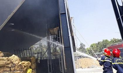 Quán bar đang thi công bất ngờ bốc cháy dữ dội sau tiếng nổ lớn