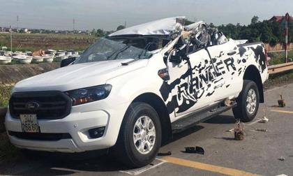 Xe bán tải biến dạng sau tai nạn, 2 người tử vong