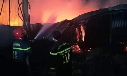 'Bà hoả' thiêu rụi kho chứa vải, cháy lan sang 2 nhà dân