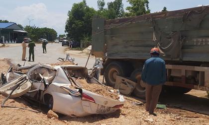 Xe Howo chở đất đá đè bẹp ôtô con, 3 người tử vong