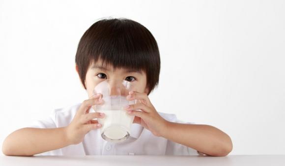 Bác sĩ Nhi khoa tiết lộ thời điểm vàng cho con uống sữa tươi tốt nhất
