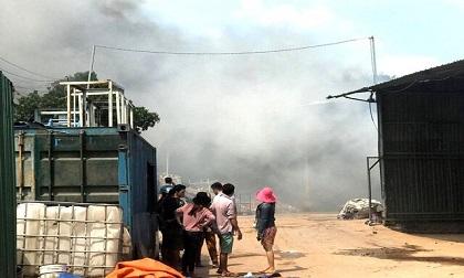 Vựa ve chai rộng 2.000m2 phát nổ, cháy dữ dội giữa khu chung cư ở Bình Dương