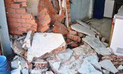 Con tử vong, mẹ nguy kịch do mưa lớn làm sập tường nhà