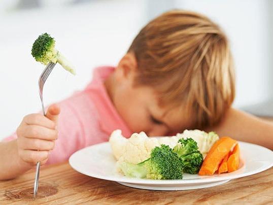 Sai lầm của cha mẹ khiến trẻ càng ngày càng lười ăn, còi cọc