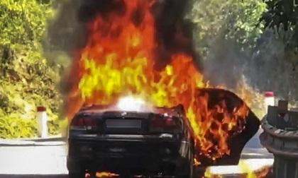 Ô tô bốc cháy, hai cha con thoát chết