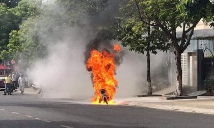 Xe máy bất ngờ bốc cháy ngùn ngụt khi đang lưu thông trên đường