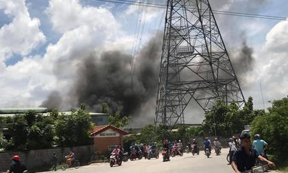 Hàng trăm người dân bất chấp nguy hiểm, tụ tập đứng dưới đường điện cao thế xem vụ cháy công ty gỗ