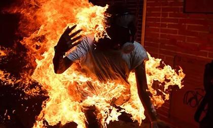 Quảng Bình: Phá cửa xông vào nhà bạn gái, nam thanh niên bất ngờ bị cháy xăng