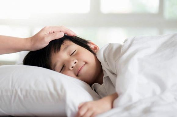 Đánh thức con dậy trước 6 giờ là dại: Sai lầm kinh điển của nhiều cha mẹ khiến bé thấp lùn, còi cọc