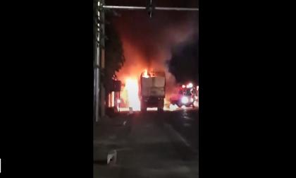 Đang chạy trên quốc lộ 1A, xe tải bất ngờ bốc cháy ngùn ngụt