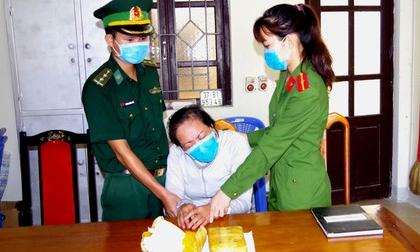 Người phụ nữ khóc ngất khi bị vây bắt đang vận chuyển ma túy