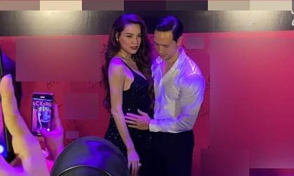 Không còn giấu diếm, Kim Lý công khai xoa bụng bầu của Hà Hồ trước ống kính truyền thông