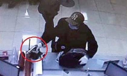 Nam thanh niên dùng súng K59 cướp ngân hàng bị bảo vệ dùng đèn pin vụt trúng gáy