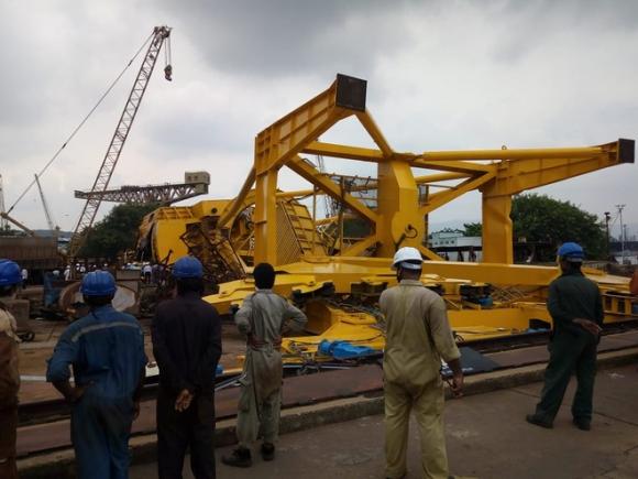NÓNG: Thảm họa vừa xảy ra với Hải quân Ấn Độ, ít nhất 10 người chết tại Nhà máy đóng tàu Hindustan - Ảnh 1.