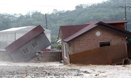 Mưa lớn gây lũ lụt, lở đất kinh hoàng ở Hàn Quốc: 12 người chết và mất tích