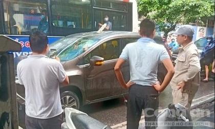 Sắt từ công trình thi công rơi đâm xuyên qua ô tô, lái xe may mắn thoát chết