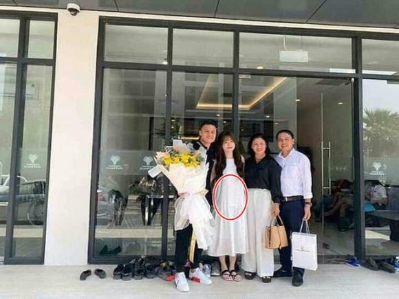 Liên tục mặc váy suông dáng rộng, bạn gái cầu thủ Quang Hải bị 'soi' vòng 2 to bất thường