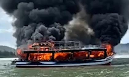 Cứu 25 người trên tàu khách cháy giữa biển