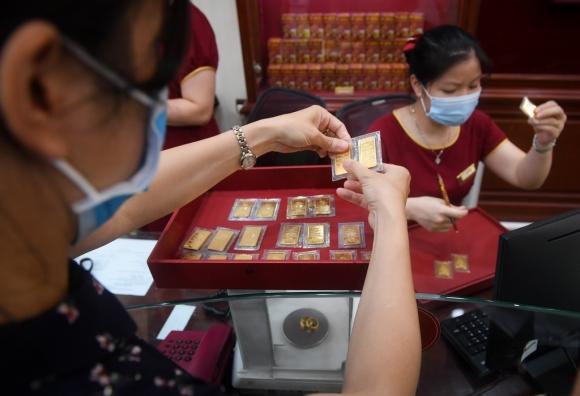 Vàng trong nước vượt 62 triệu, bỏ xa thế giới hơn 4 triệu đồng - 1