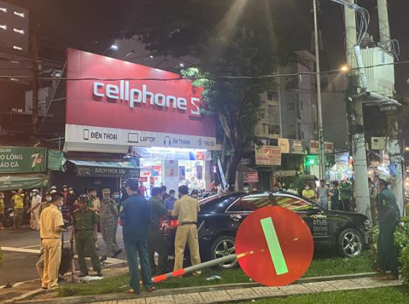 Nhân chứng vụ Camry tông hàng chục xe máy giữa ngã tư Sài Gòn: Ai cũng chảy máu, nữ tài xế sợ hãi vái lạy - 1