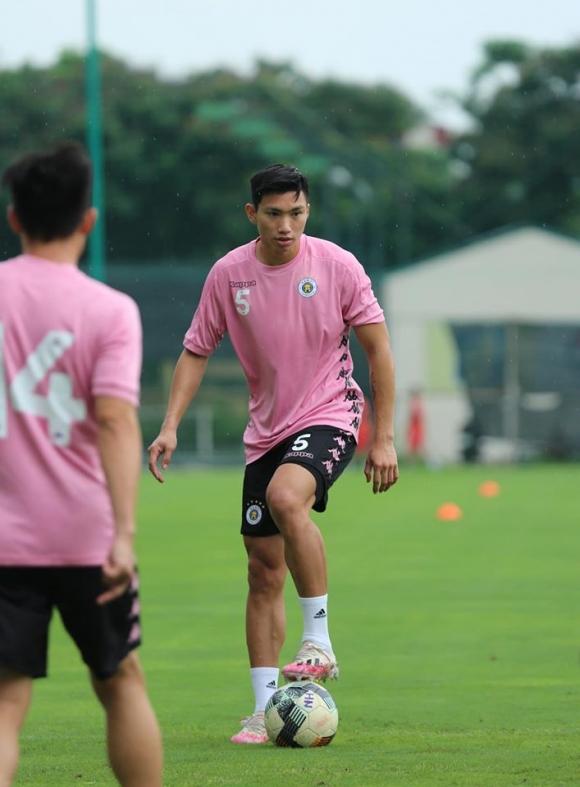 Trở lại tập luyện cùng đồng đội ở Hà Nội FC, Văn Hậu gây choáng với thân hình vạm vỡ, chiều cao khủng không kém gì ngoại binh - 1