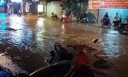 Chạy xe trên đường ngập, 3 người đi xe máy bị ngã, 1 người chết nghi do điện giật