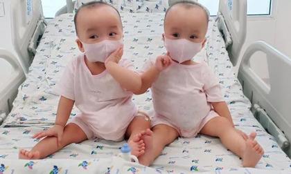 Cặp chị em song sinh Trúc Nhi - Diệu Nhi đã tháo bột, chuẩn bị tập đi