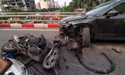Hà Nội: Tai nạn liên hoàn giữa xe SH và 2 ô tô trên cầu vượt Nguyễn Chánh, một người nguy kịch