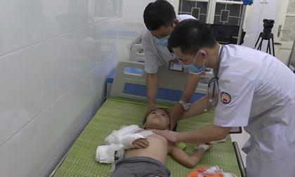Bé gái 6 tuổi bị bố đẻ bạo hành dã man ở Bắc Ninh: Nhiều lần bị đánh đập nhưng không ai dám can ngăn, bị nhốt trong nhà vì sợ đến trường lộ vết thương?