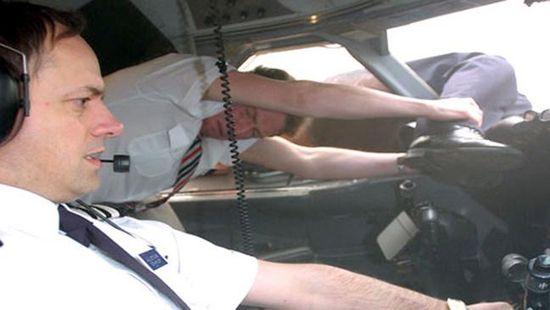 Chuyến bay tử thần của 81 con người gặp tai nạn giữa không trung khiến phi công bị hút văng nửa người ra ngoài và cái kết khó tin - 1