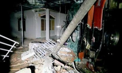Xe giường nằm tông sập nhà dân, nhiều người bị thương
