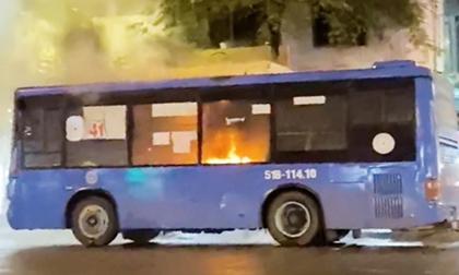 Xe buýt ở Sài Gòn bốc cháy ngùn ngụt, gần 20 hành khách hoảng loạn tháo chạy thoát thân