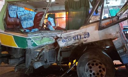 Xe tải tông xe buýt, 20 người bị thương