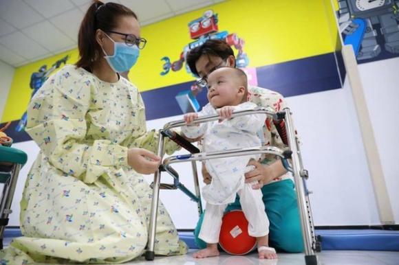 Trúc Nhi - Diệu Nhi tiến triển ngoạn mục sau 2 tháng phẫu thuật tách dính, nụ cười rạng rỡ luôn thường trực - 3
