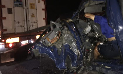 Xe tải tông vào xe đầu kéo, hai người tử vong tại chỗ